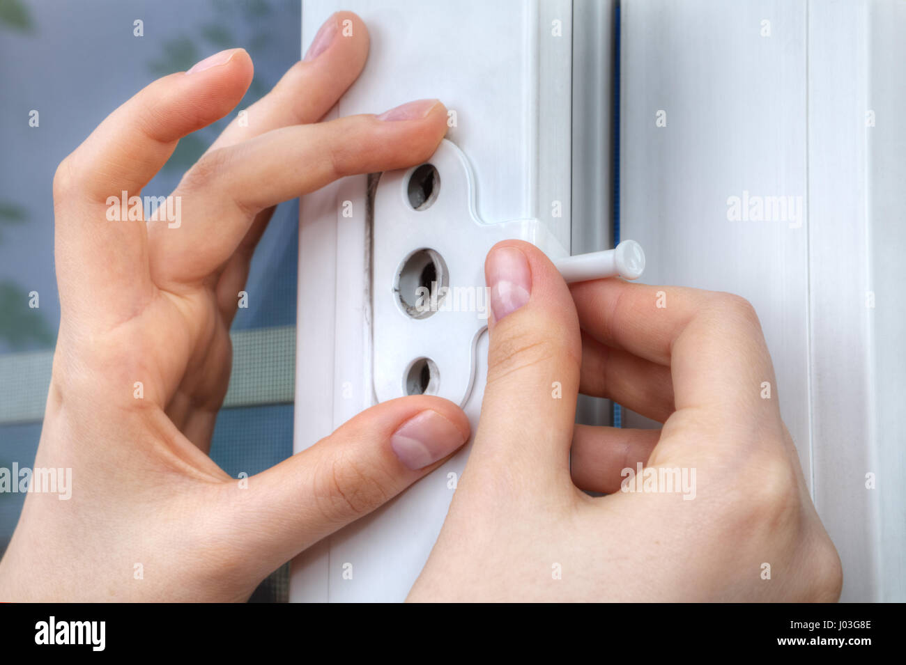 Nahaufnahme der Hand von einem Schlosser Installation Fenster ...