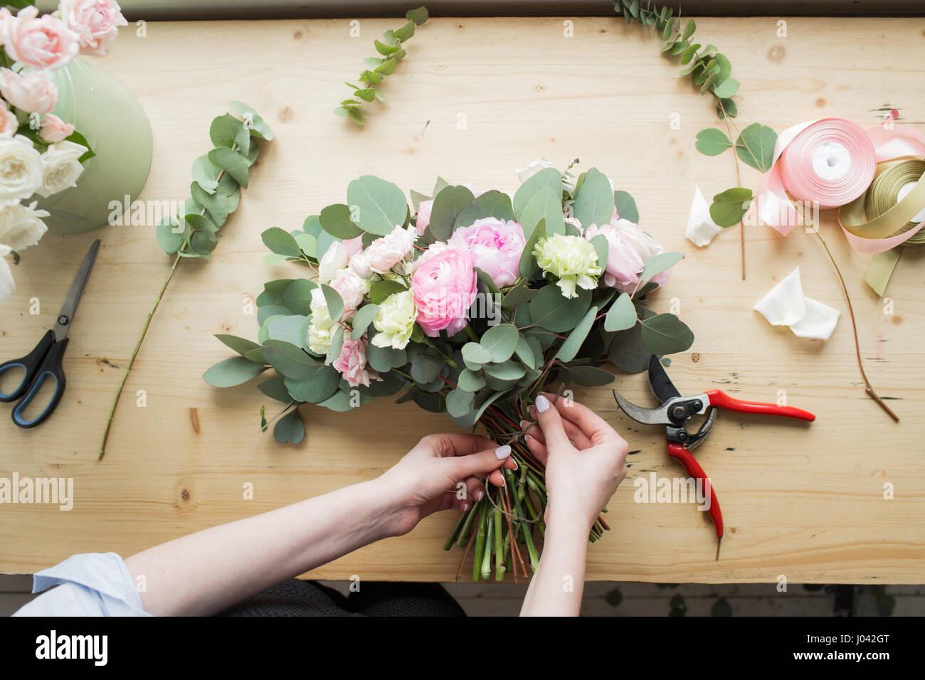 Blumengeschäft am Arbeitsplatz: hübsche junge Frau, die Mode moderne Blumenstrauß aus verschiedenen Stockbild