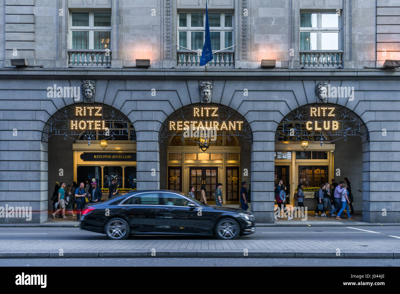 Ein Luxus-Auto geht der Eingang auf das Ritz Restaurant 150 Piccadilly, London St Jame - England. Stockbild
