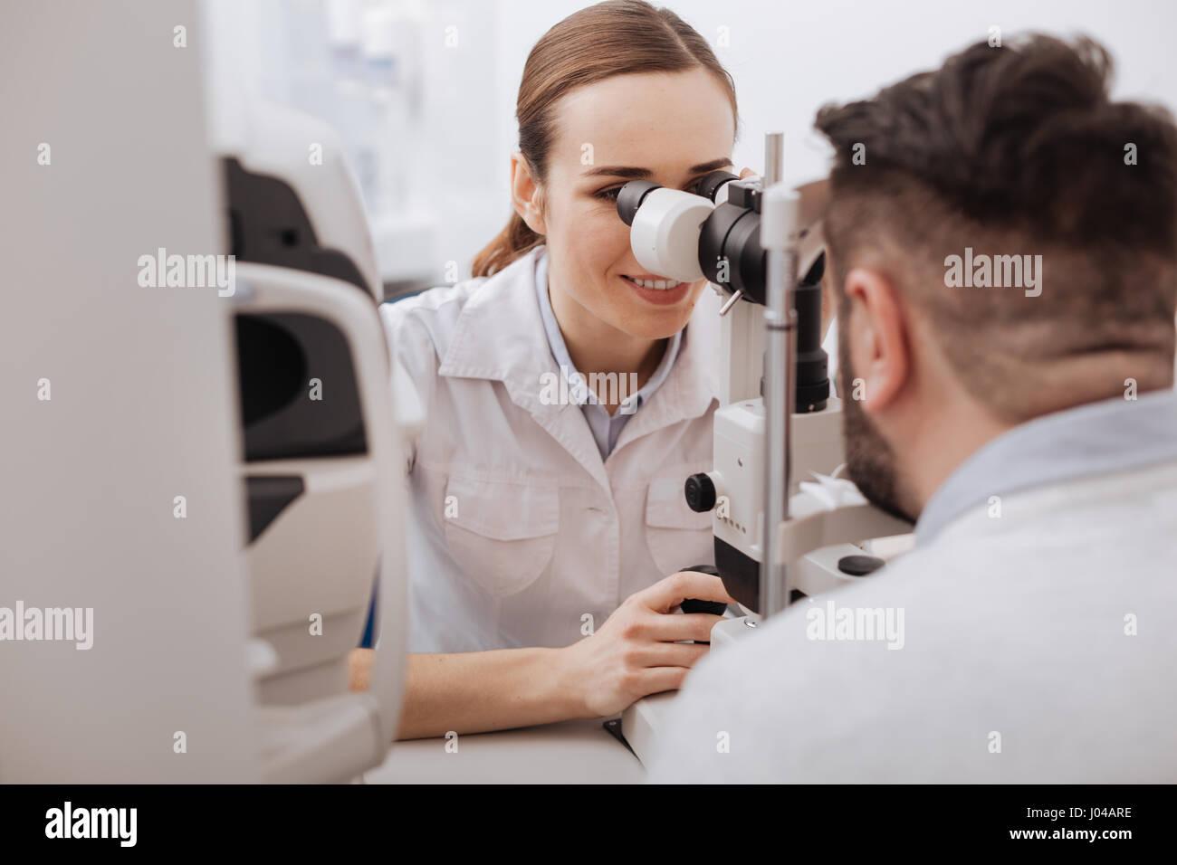 Fröhliche positive Arzt genießen ihren job Stockbild