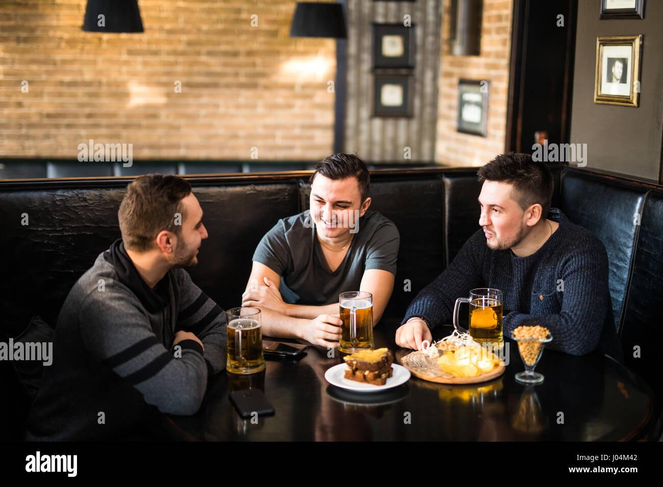 Drei freunde treffen sich in einer kneipe [PUNIQRANDLINE-(au-dating-names.txt) 54