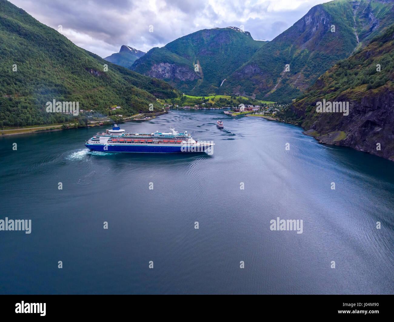 Kreuzfahrt Schiff, Kreuzfahrt-Liner am Sognefjord oder Sognefjorden, Luftaufnahmen Flam Norwegen Stockbild