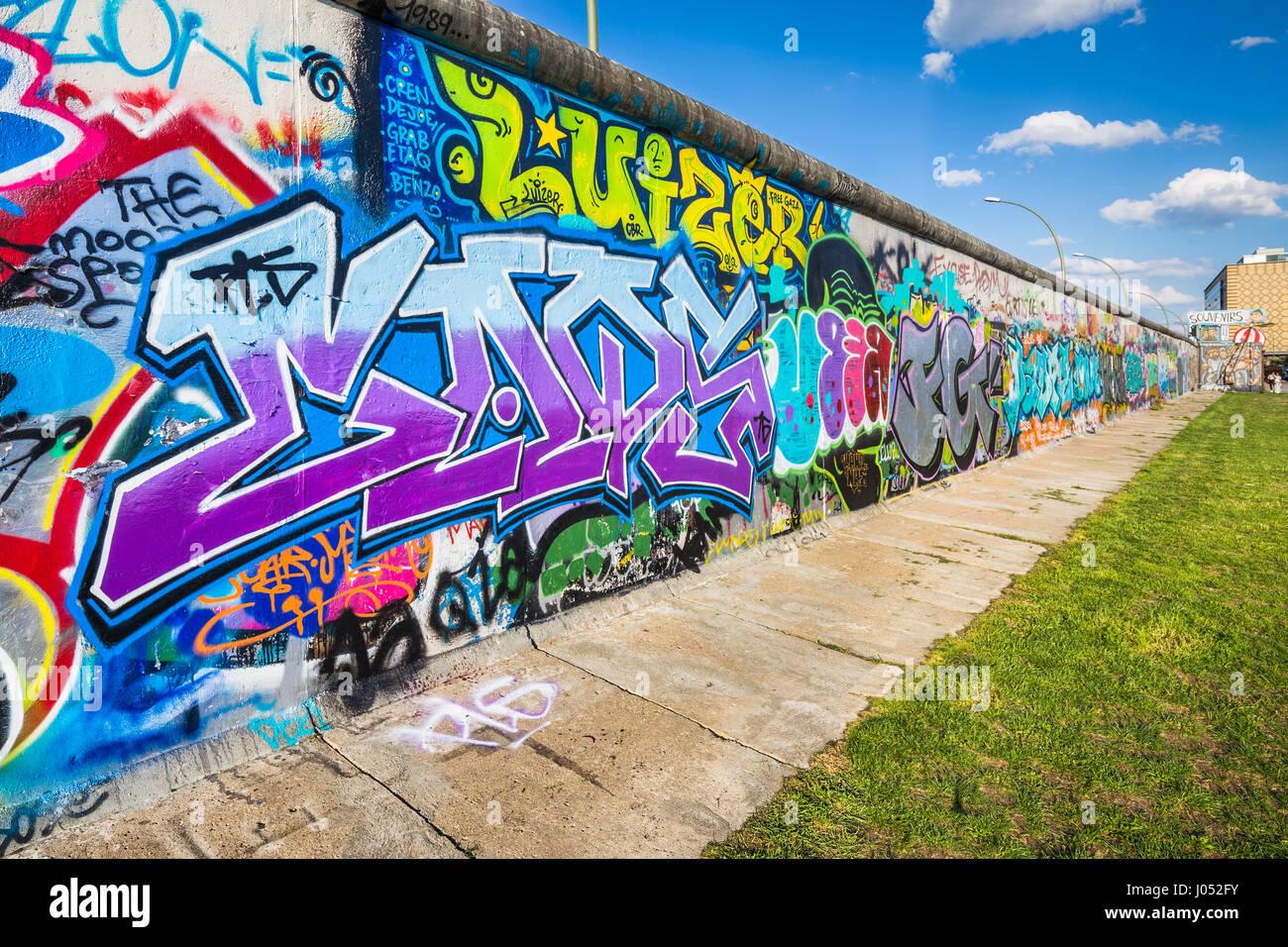 Panoramablick auf der berühmten Berliner Mauer dekoriert mit bunten Graffiti Streetart in historischen East Stockbild