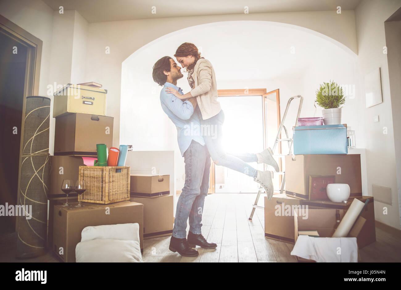 Junges Paar Einzug in neue Wohnung Stockbild
