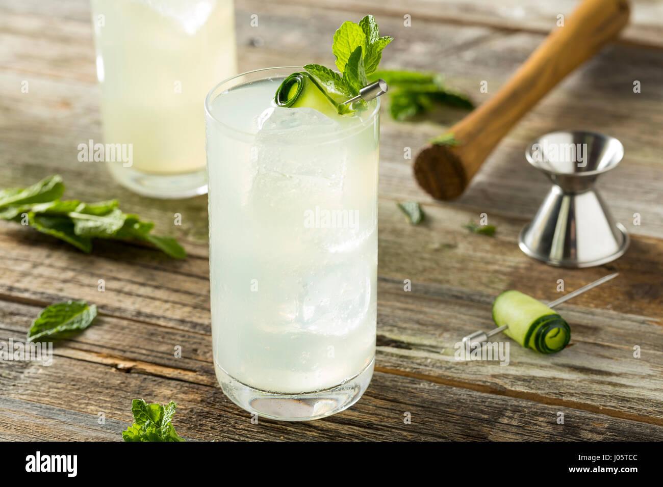 Erfrischende Gurke-Gin-Spritz-Cocktail mit Limette und Minze Stockbild