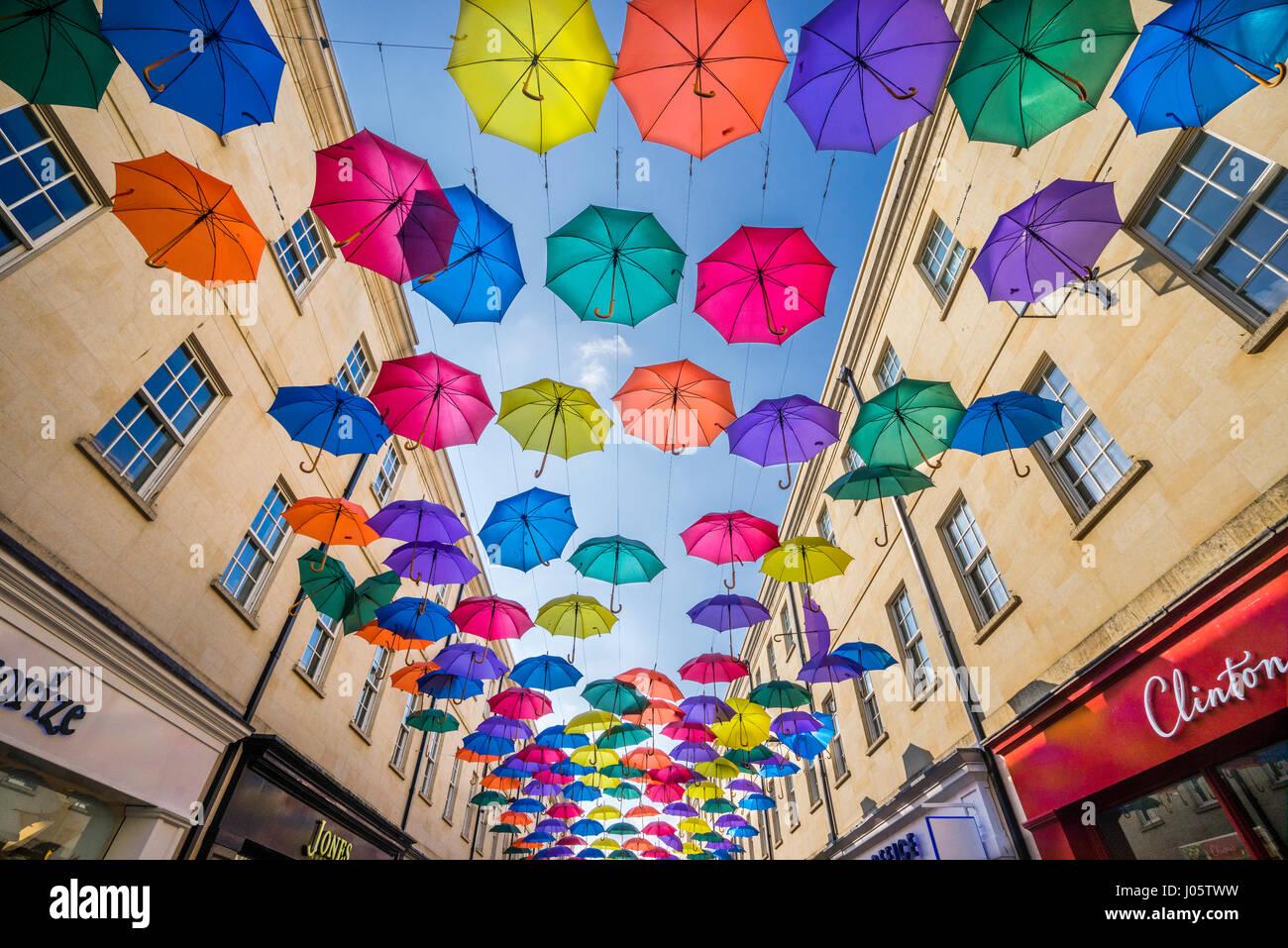 Vereinigtes Königreich, Somerset, Bad, SouthGate, Einkaufszentrum, Hunderte von suspendierten bunte Sonnenschirme Stockbild