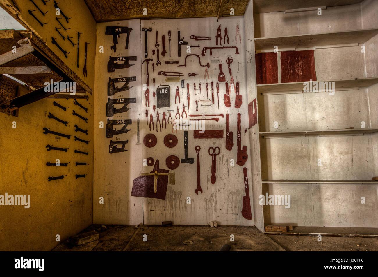 Das Innere von einem verlassenen Werkzeugraum. DIE HAUNTING ...