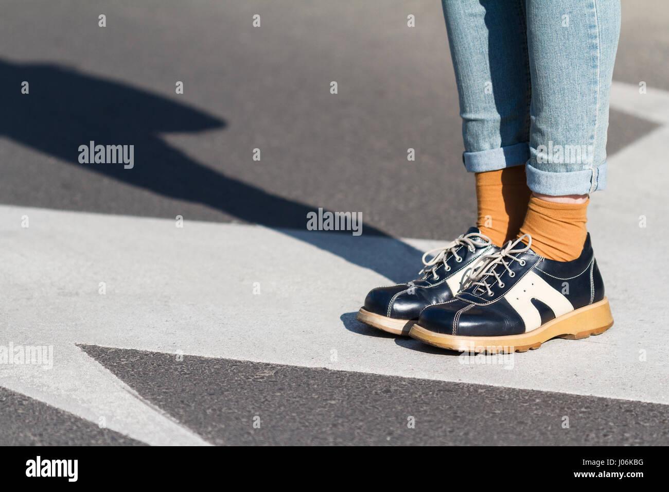 Schwarze schuhe auf blaue jeans