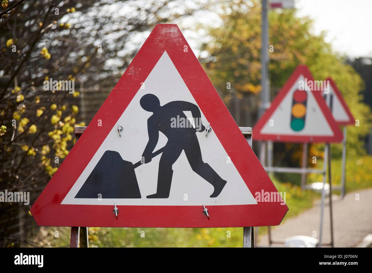 Männer in Arbeit temporären Bauens Verkehr Warnschilder in Newtownabbey UK Stockbild