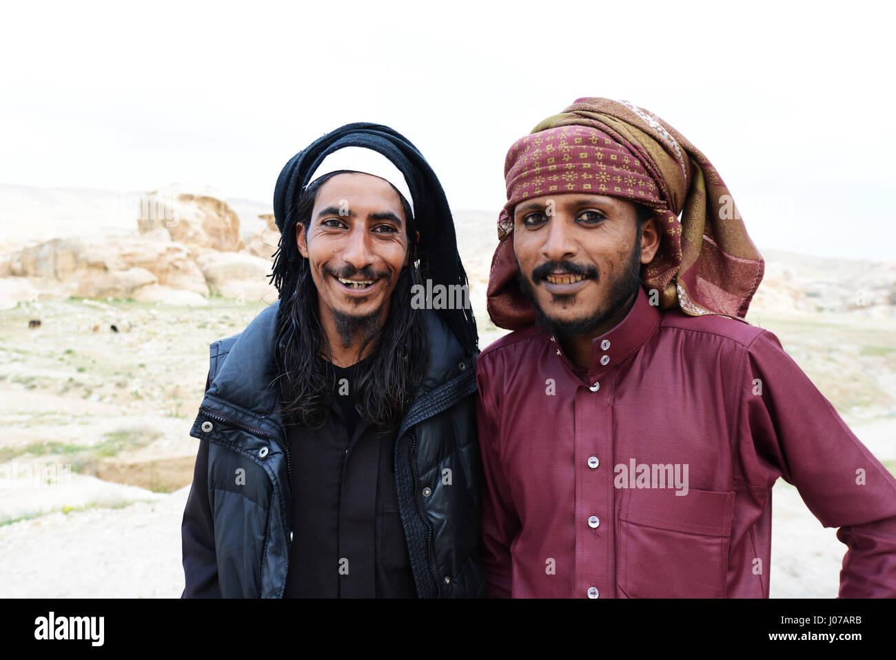 Jungen Beduinen Männer tragen ein traditionelles Eyeliner genannt Kohel. Stockbild