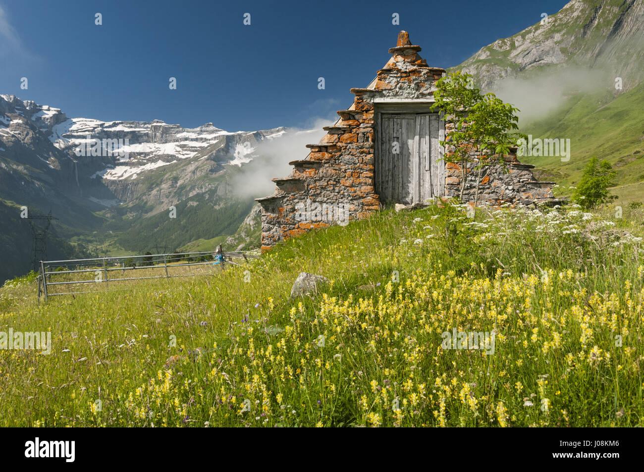Frankreich, Pyrenäen, Saugue Plateau, Auenlandschaft mit Cirque de Gavarnie und Bauernhaus Stockbild