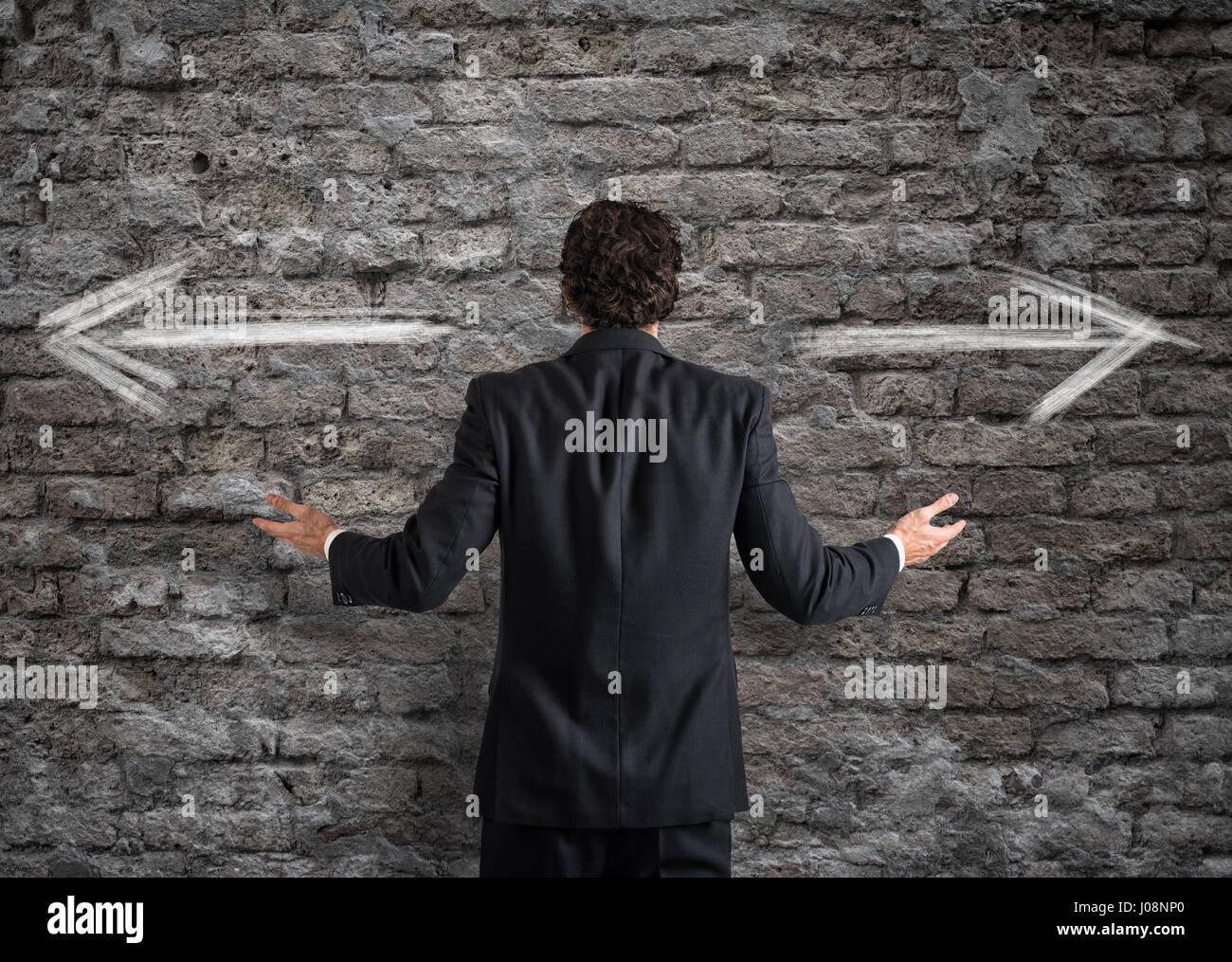 Geschäftsmann vor eine Wahl Stockbild