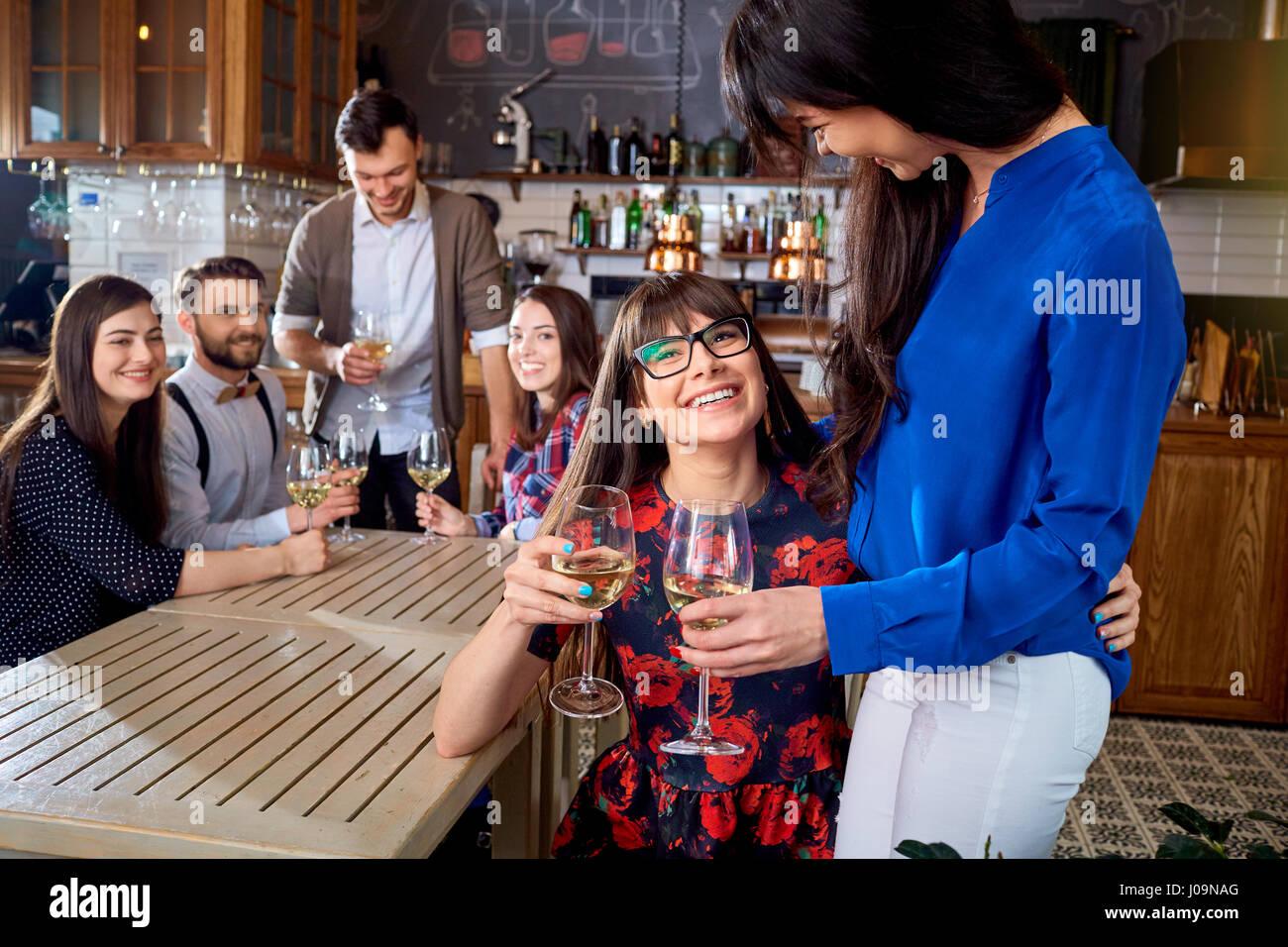 Treffen mit Freunden an der Bar Restaurant Stockbild