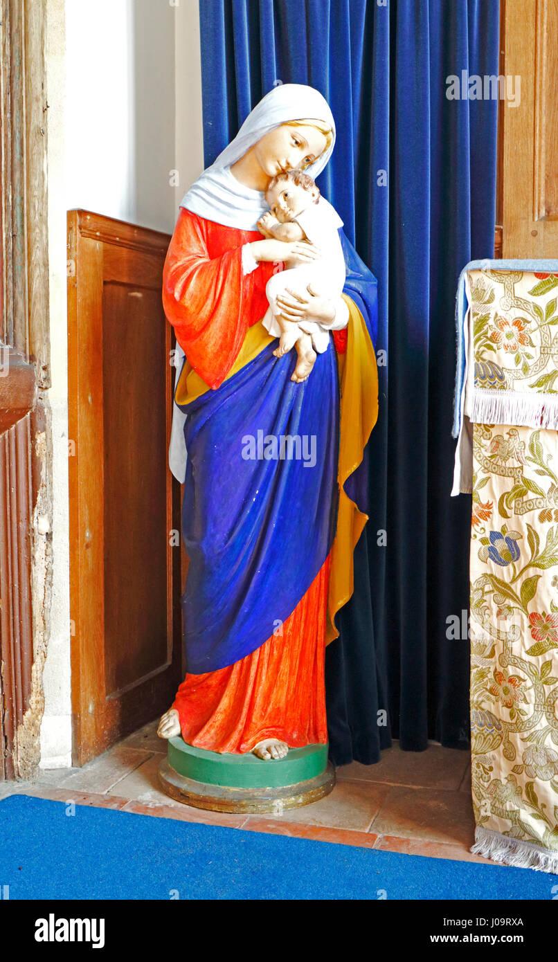 Eine Statue von St. Mary in einer Seitenkapelle in der Pfarrkirche SS Peter und Paul in Edgefield, Norfolk, England, Stockbild