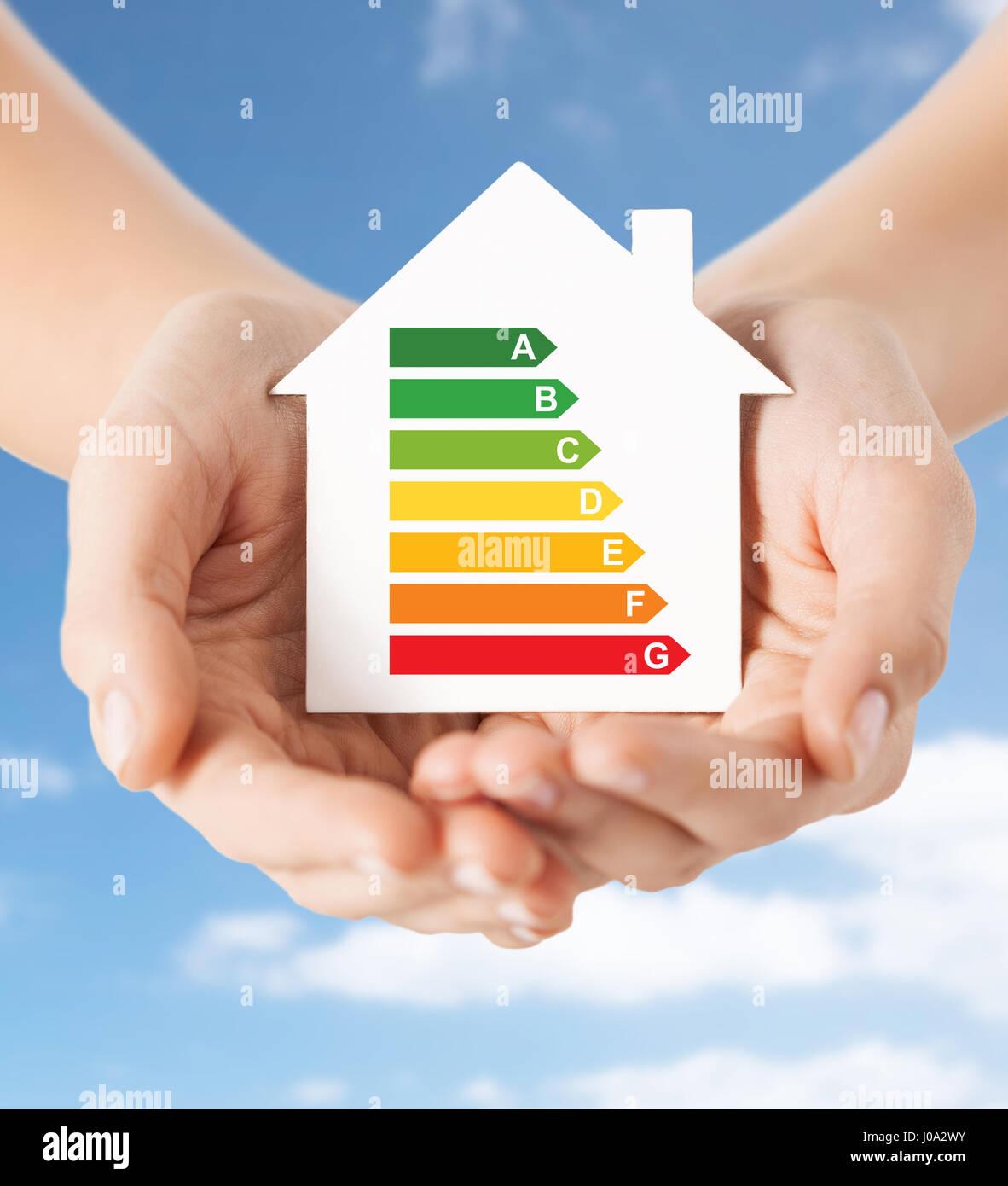 Hände halten grünen Papier Haus Stockbild