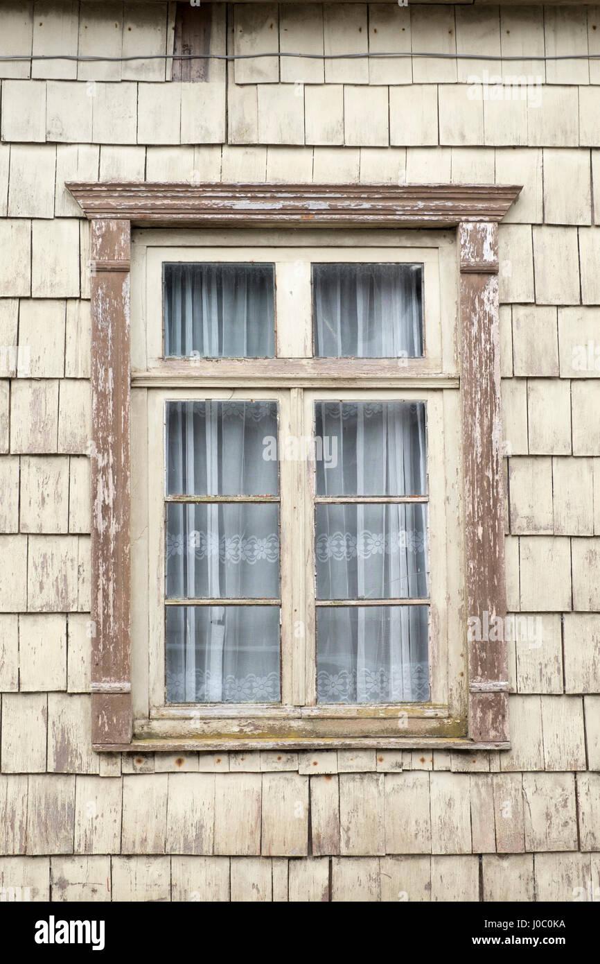 Markante Holzfliesen rund um ein Fenster in Chiloe Insel, nördlichen Patagonien, Chile Stockbild