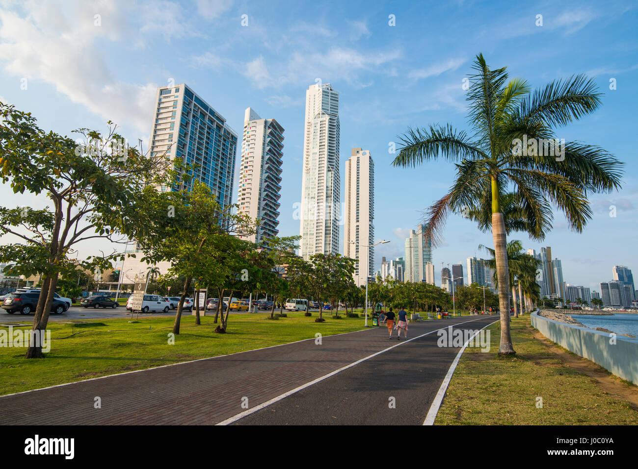 Gehweg und die Skyline von Panama City, Panama, Mittelamerika Stockbild