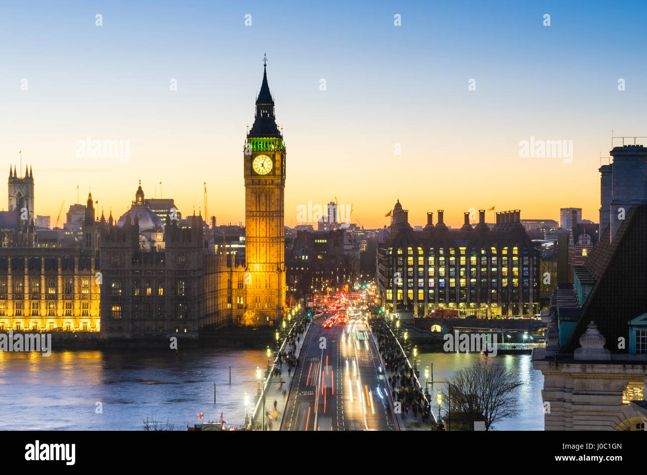 Vogelperspektive Blick auf Big Ben, der Palace of Westminster und Westminster Bridge bei Dämmerung, London, Stockbild
