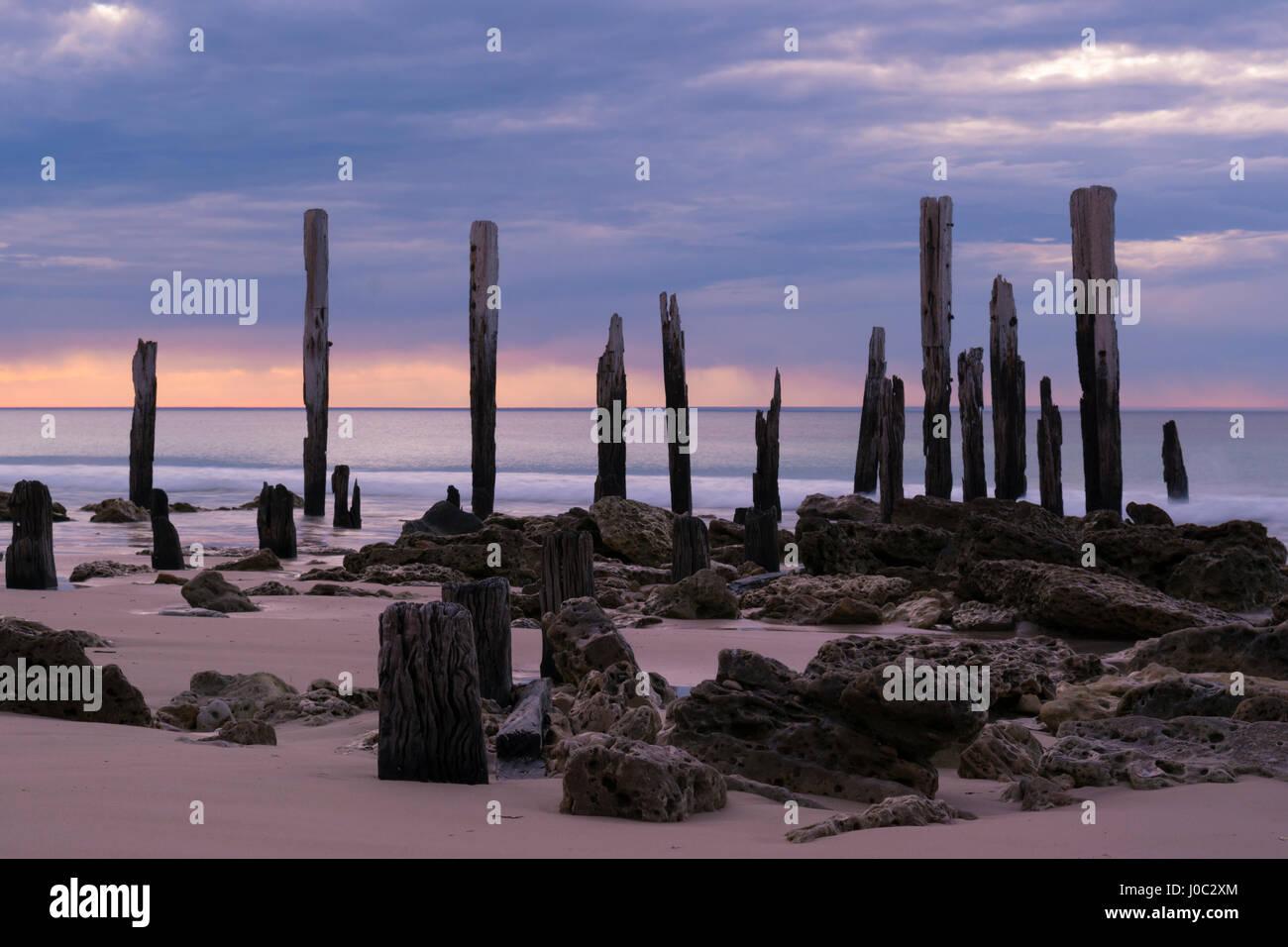 Der Steg Ruinen am Port Willunga, South Australia bei Sonnenuntergang. Langsame Verschlusszeit, glatten ruhigen Stockbild
