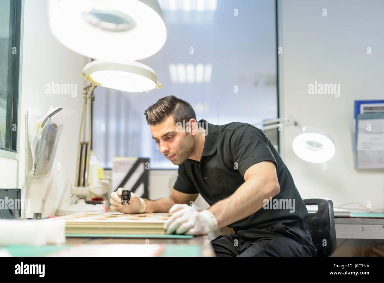Arbeiter, die Inspektion von Leiterplatten in der Elektronik-Fabrik Stockbild