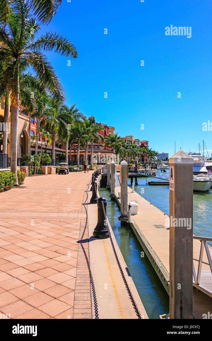 Die Uferpromenade entlang Räucherei Bucht auf Marco Island in Florida Stockbild
