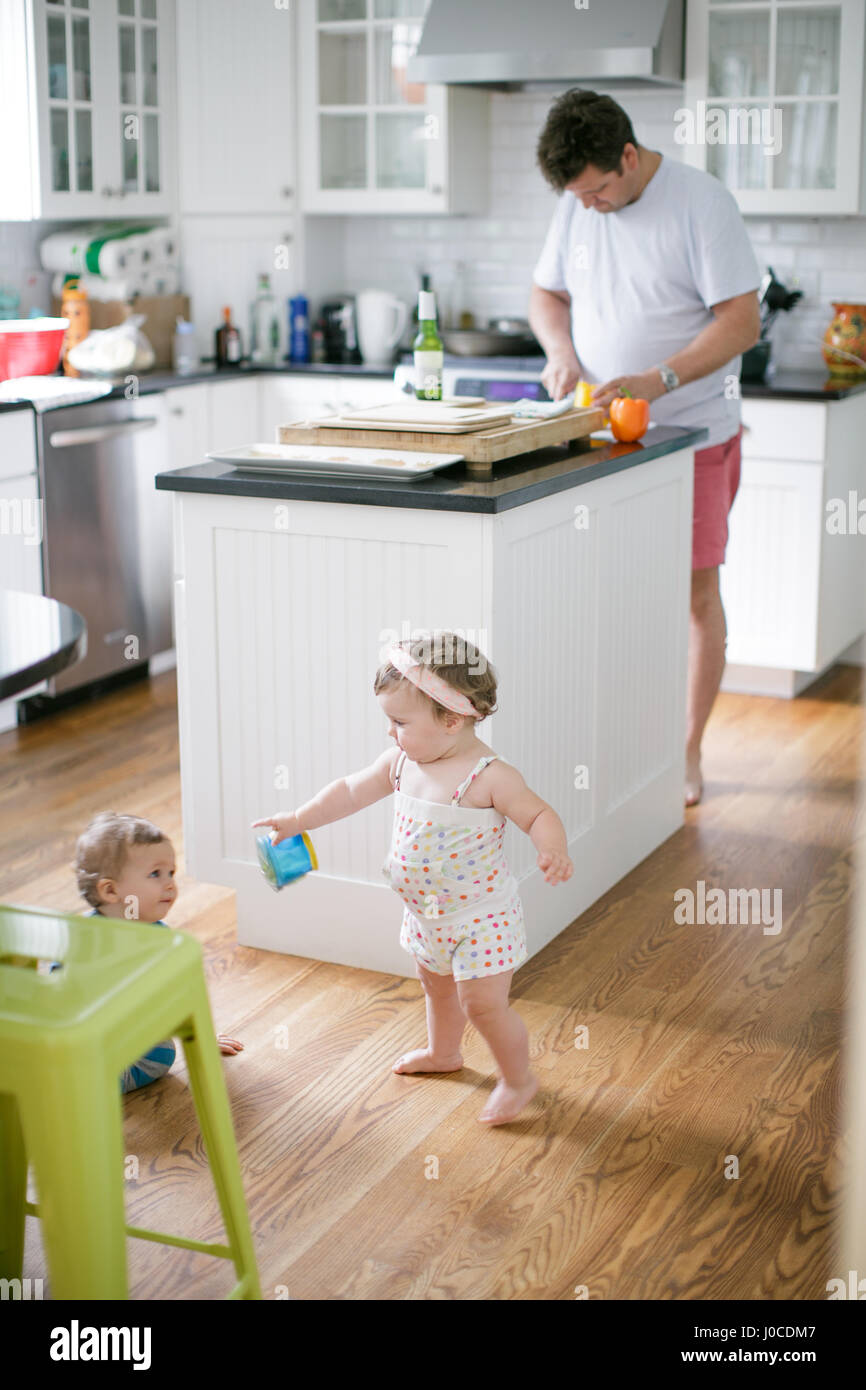 Reifer Mann Vorbereitung Obst für Kleinkinder in Küche Stockfoto ...