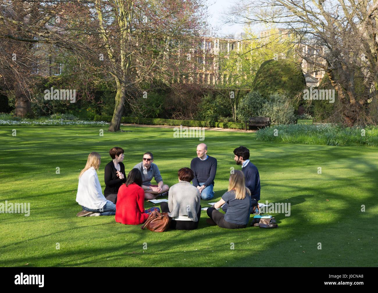 Studenten studieren im Freien in einer Studiengruppe, Sidney Sussex College, Universität Cambridge Cambridge Stockbild