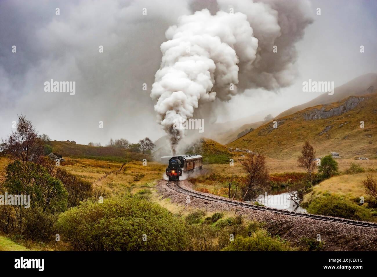 Die Lancashire Fusilier Schwarz fünf Dampflokomotive schleppen ...