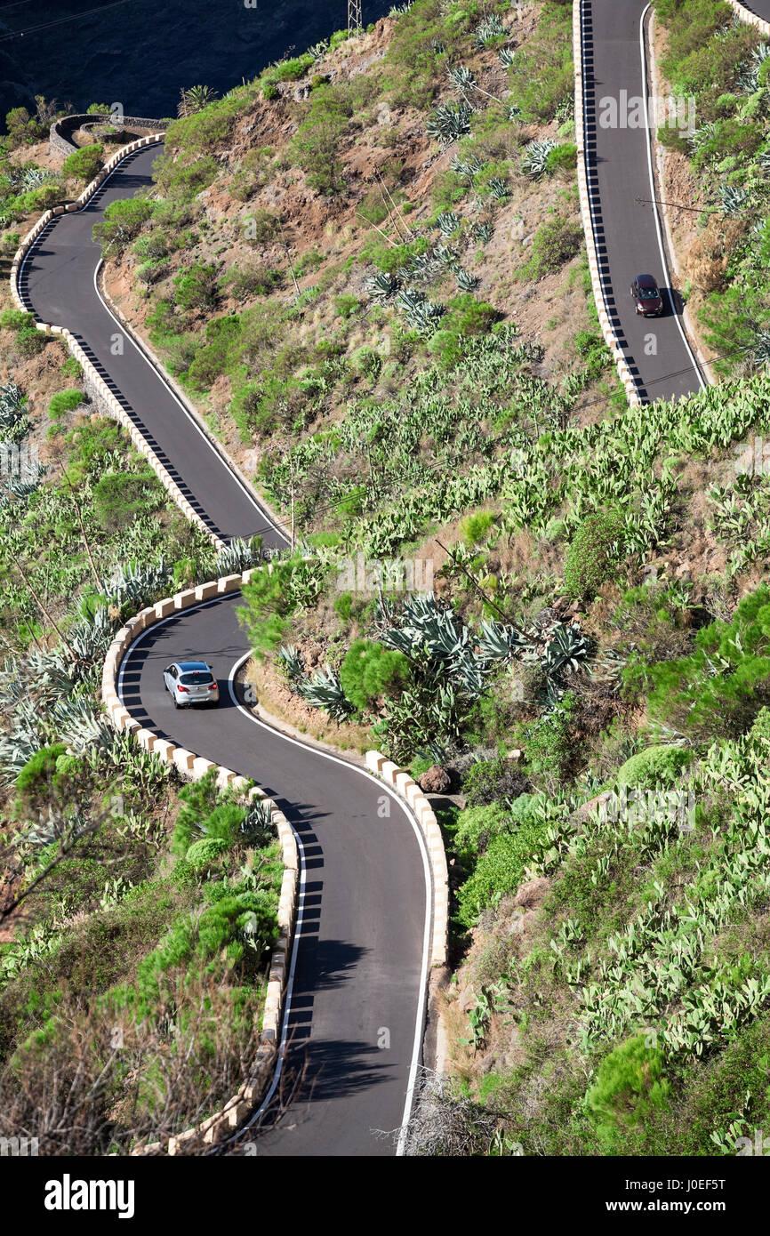 Fahrzeuge fahren auf TF-436 Zick-Zack Bergstraße befindet sich in der Macizo de Teno-Gebirge, Insel Teneriffa, Stockbild