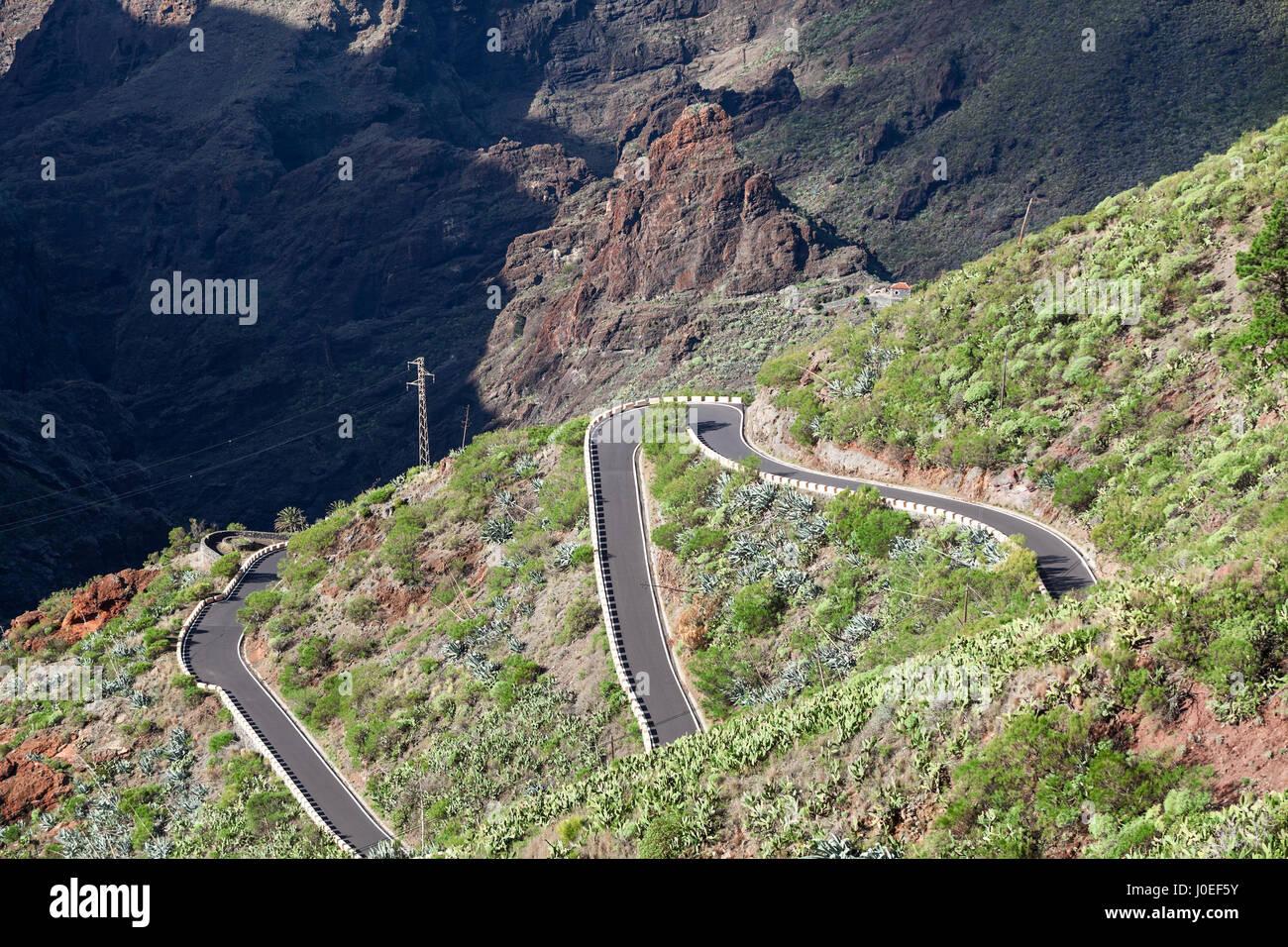 Autos fahren auf TF-436 Bergstraße Zick-Zack-Macizo de Teno-Gebirge, Insel Teneriffa, Kanarische, Spanien. Stockbild