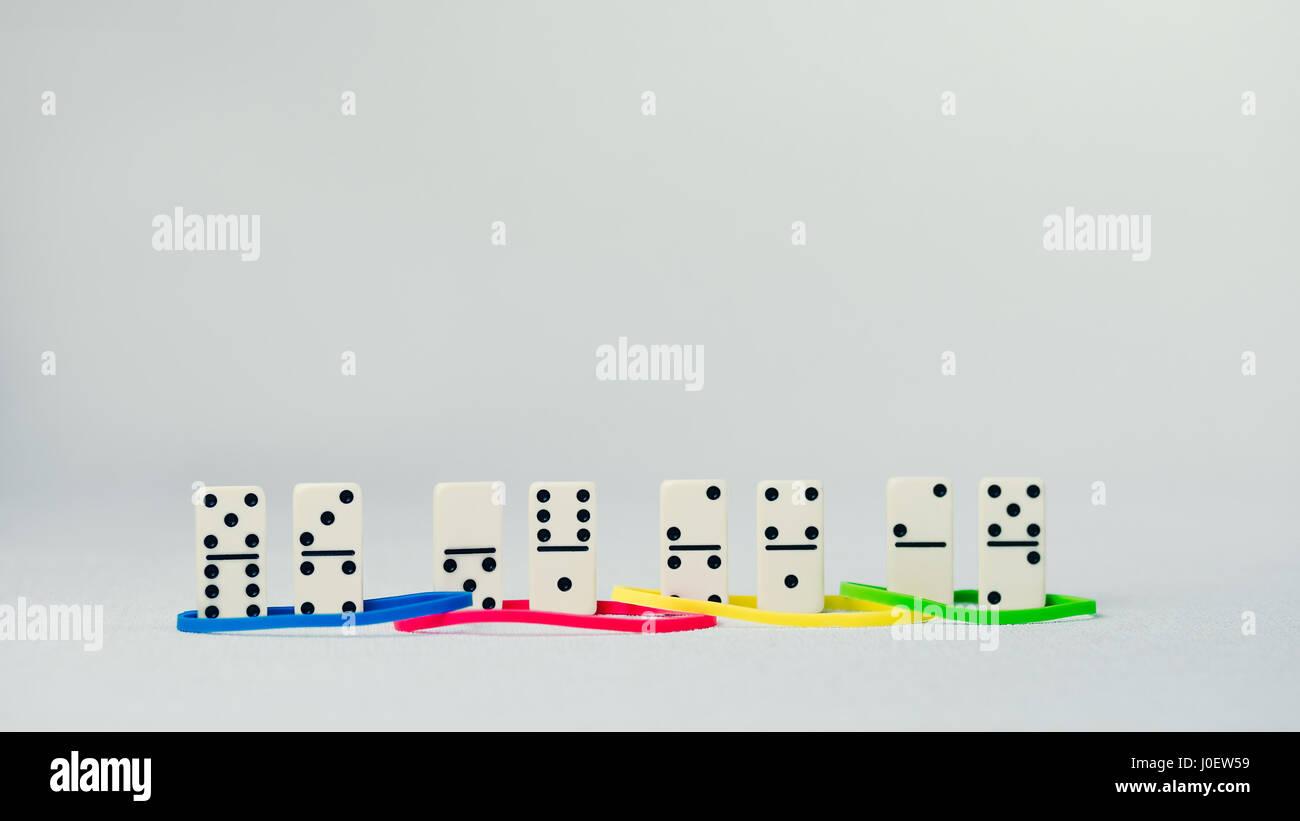Persönlichkeit Merkmale Konzept basierend auf Farbe. Dominanz, Anreiz, Einreichung und Compliance. Domino stellen Stockbild