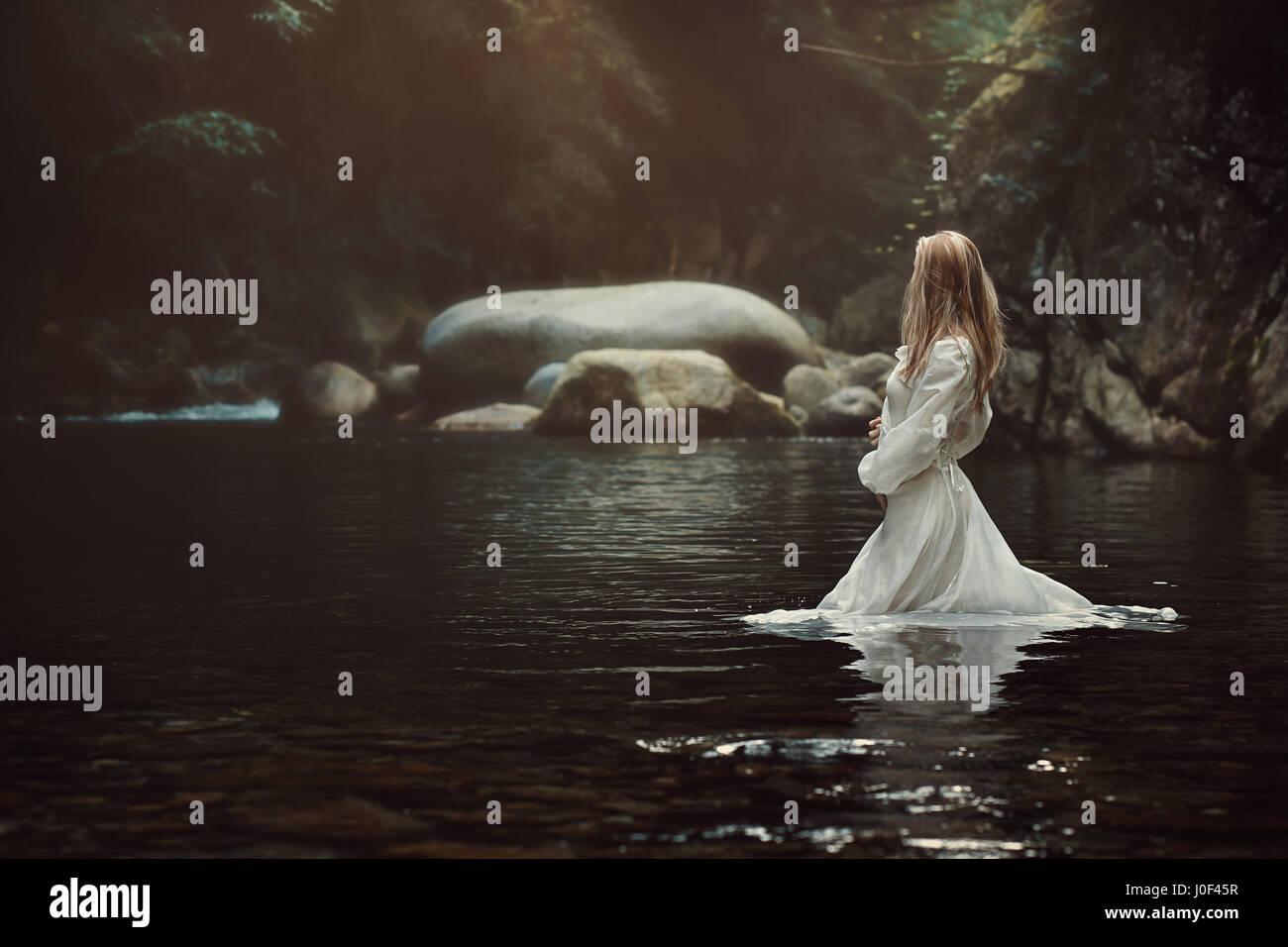 Schöne viktorianische Frau in mystischen Stream. Fantasy und Märchen Stockbild