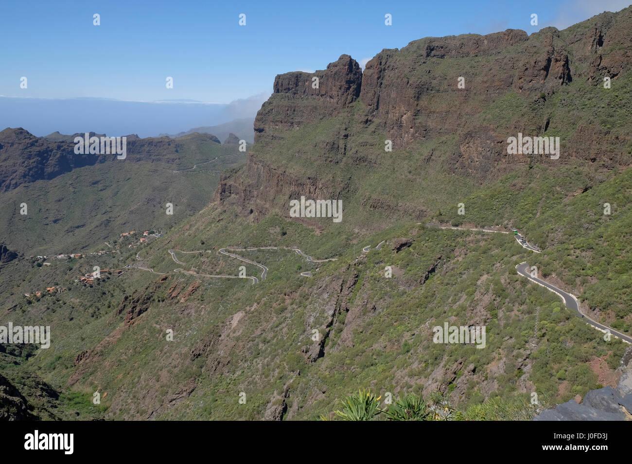 Hügel-Straße im Macizo de Teno-Gebirge in der Nähe von Masca, Teneriffa, Kanarische Inseln, Spanien. Stockbild