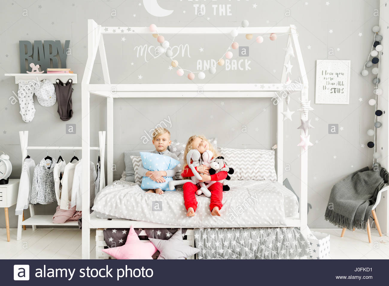 Kinderzimmer Madchen | Kleines Madchen Mit Weissem Lockiges Haar In Roten Schlafanzug Und