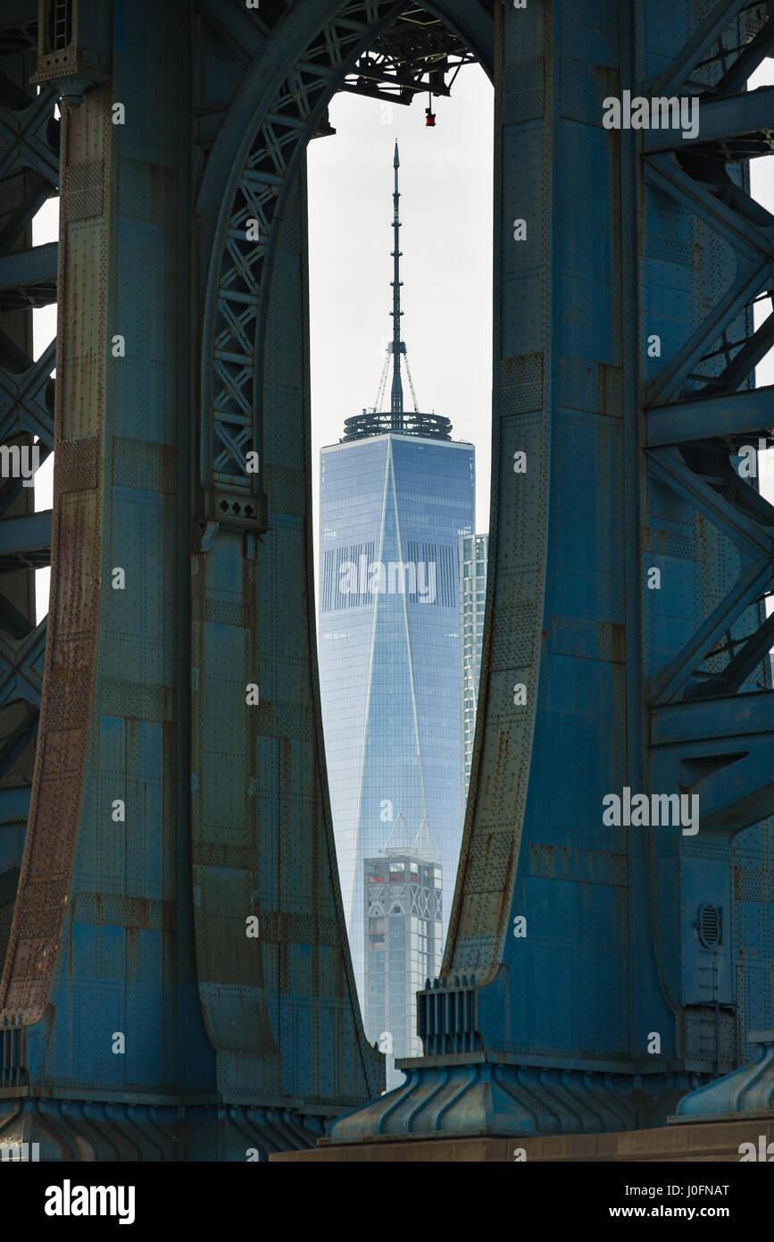World Trade Center durch die Beine von Manhattan Bridge, New York, USA Stockbild