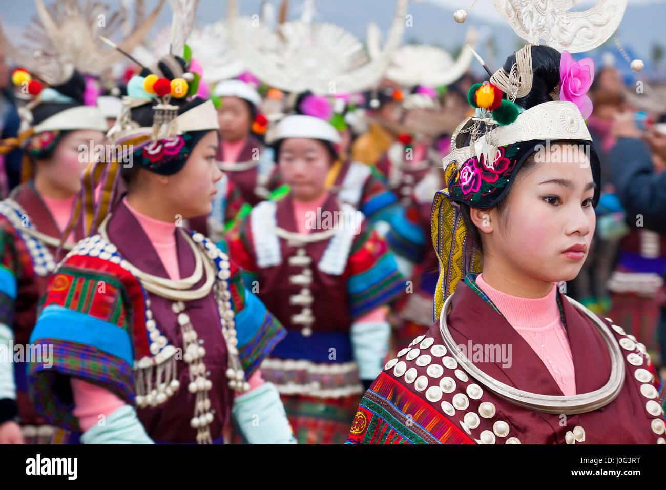 Schwarze Miao Mädchen tanzen am Festival, Kaili, Guizhou Provinz, China Stockbild