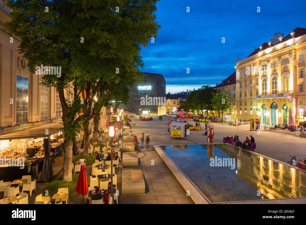 Museumsquartier mit Restaurants, Wien, Österreich Stockbild