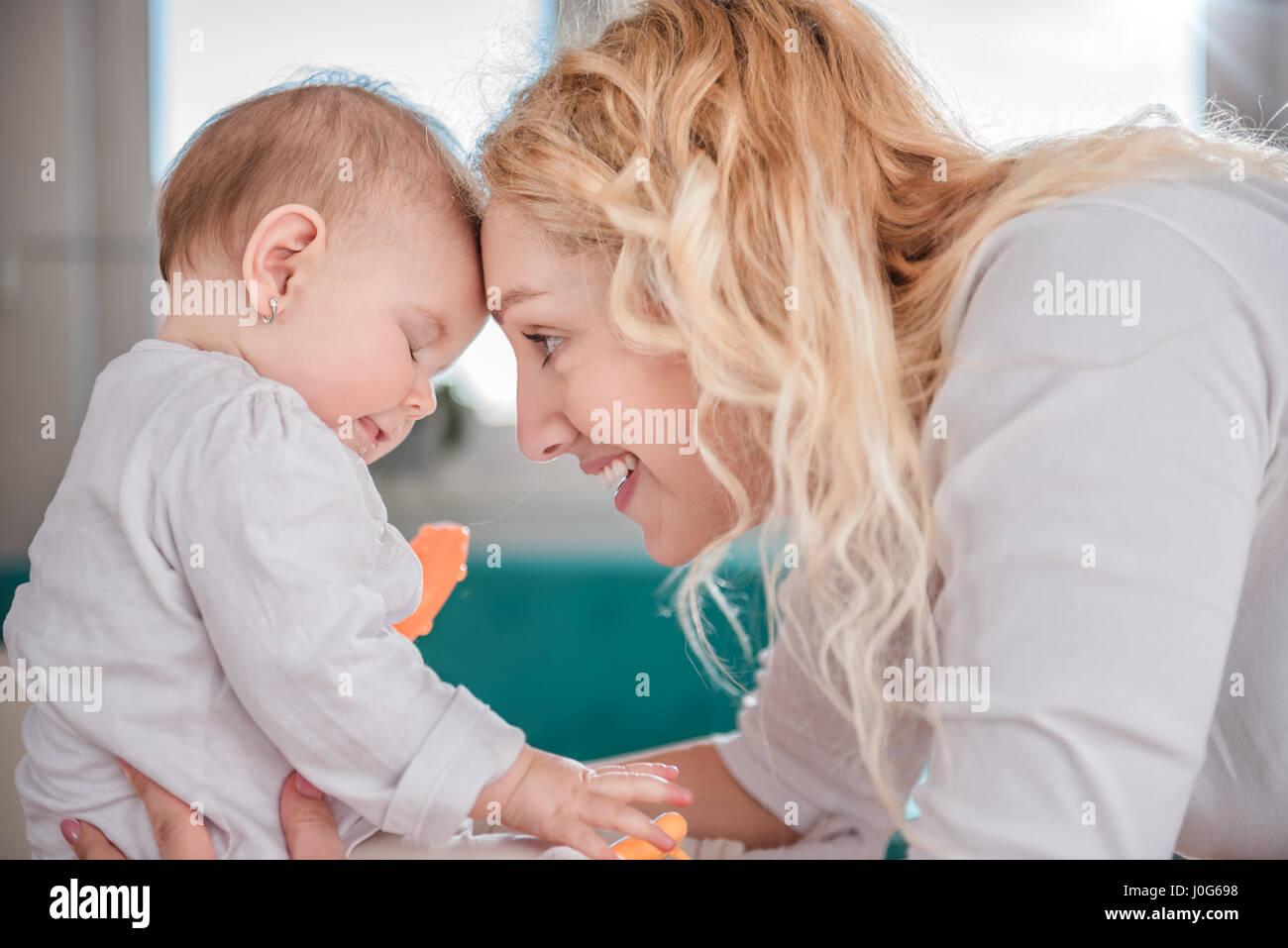 Mutter und ihr Baby den Kopf Stockbild