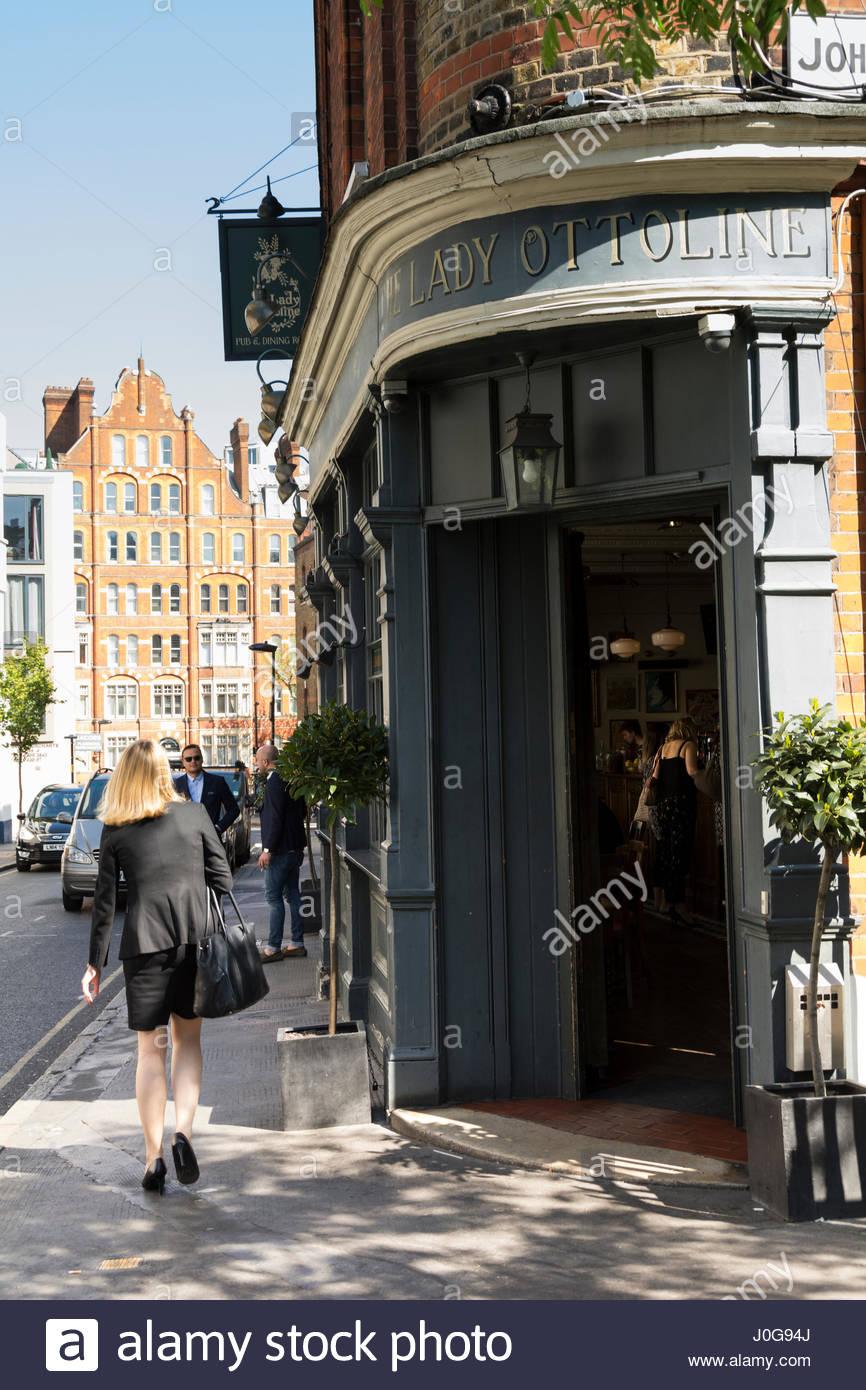 Eine junge Frau, Treffen mit Freunden außerhalb der Lady Ottoline Pub auf Northington Street, Bloomsbury, London, Stockbild