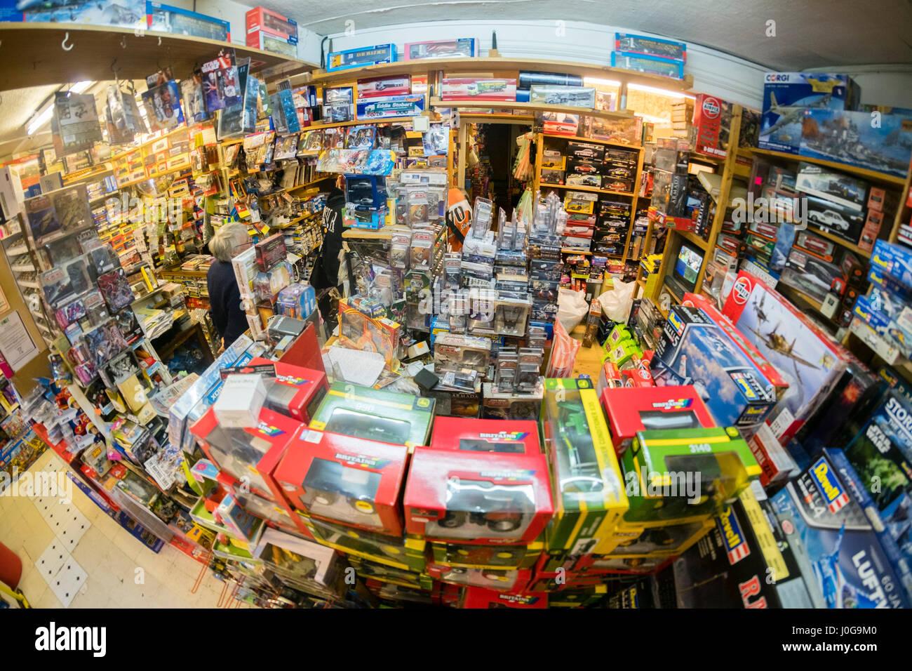 """Das Innere des """"The Albatros"""" traditionellen altmodischen Spielzeug, Hobby und Model shop, Aberystwyth Stockbild"""