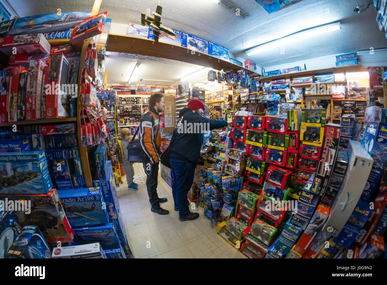 """Kunden kaufen Modell Spielzeug in """"The Albatros"""" traditionellen altmodischen Spielzeug, Hobby und Modell-Shop, Aberystwyth Stockfoto"""
