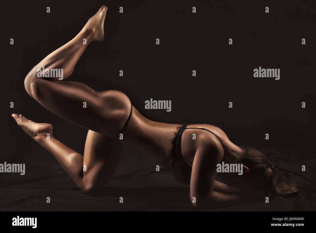 Frau Bodybuilder zeigt seine Muskeln des Körpers. Stockbild