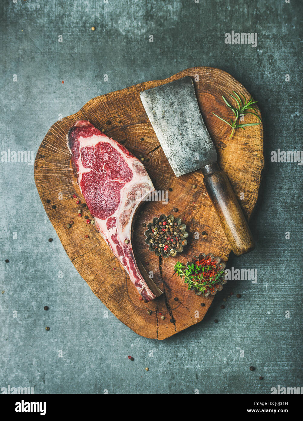 Trocken im Alter rohes Rindfleisch Rib-Eye Steak an Bord Stockbild