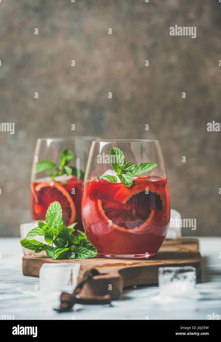 Blood orange-Erdbeer-Sommer-Sangria in Gläsern, Textfreiraum Stockbild