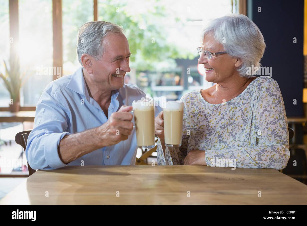 Älteres Paar, toasten Gläser kalter Kaffee in CafÃ?© Stockbild