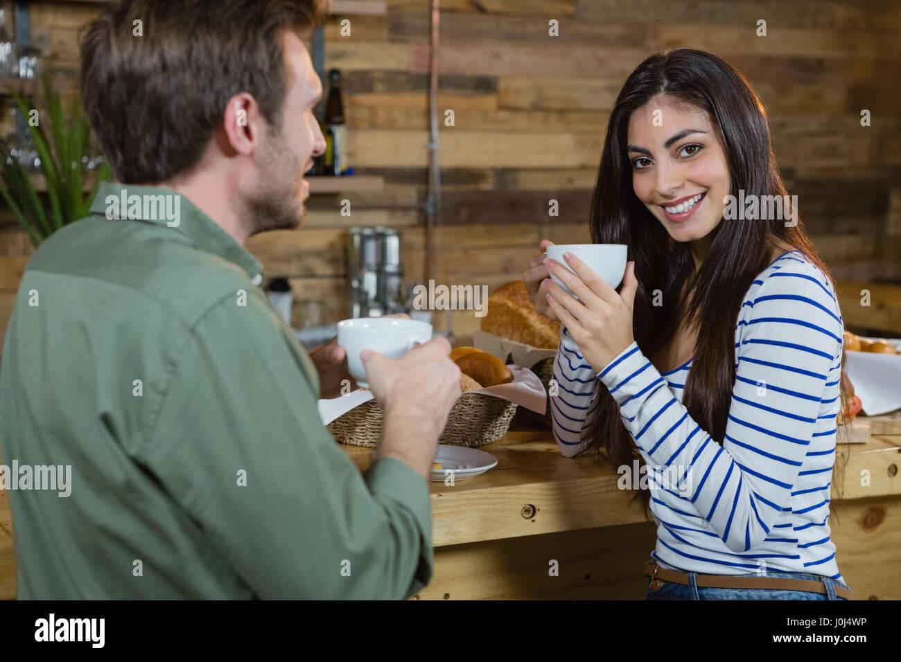 Porträt der Frau Kaffeetrinken am Schalter im CafÃ?© Stockbild