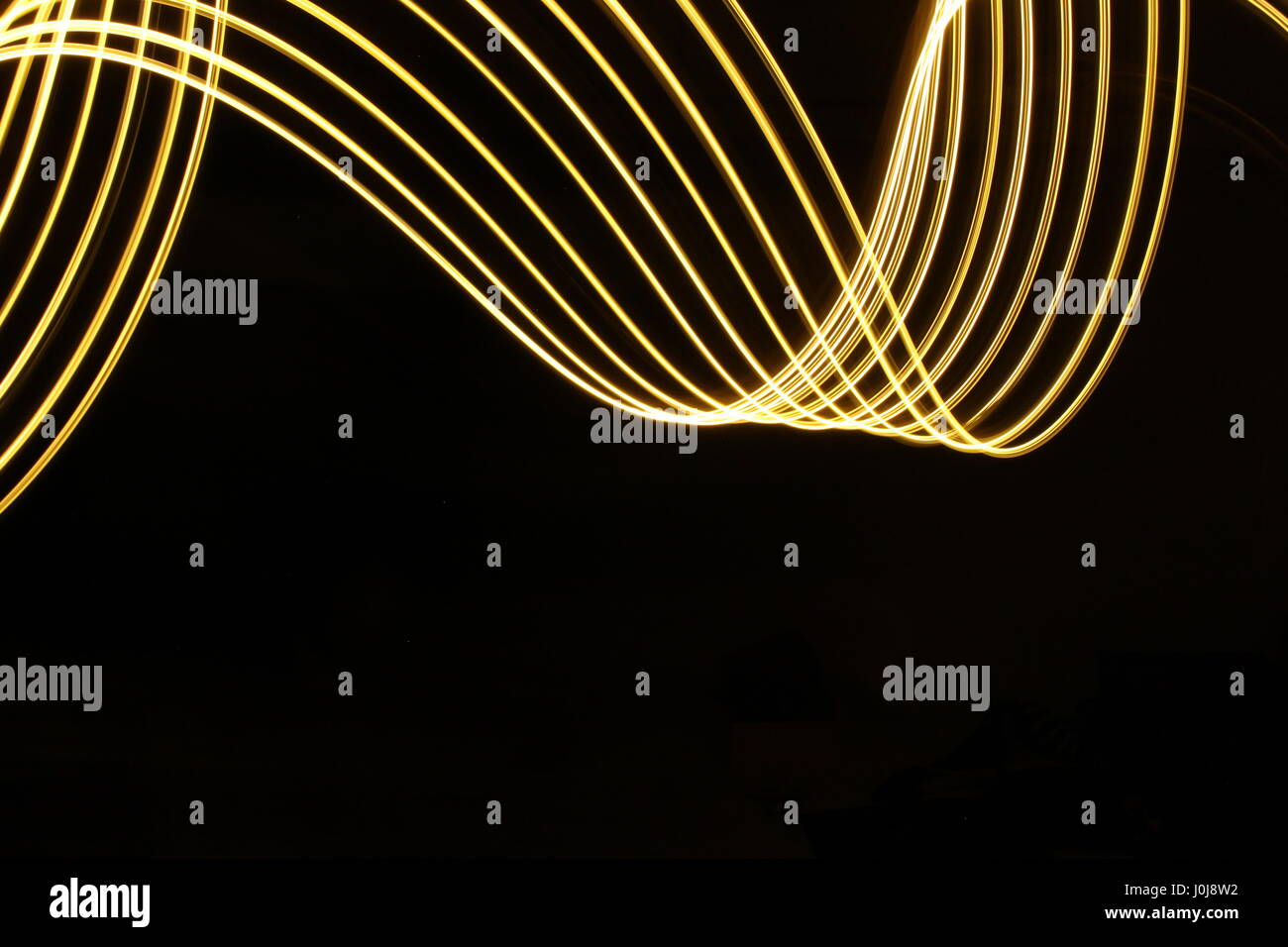 Gold Licht Malerei Schleife und Wirbel Muster auf schwarzem ...