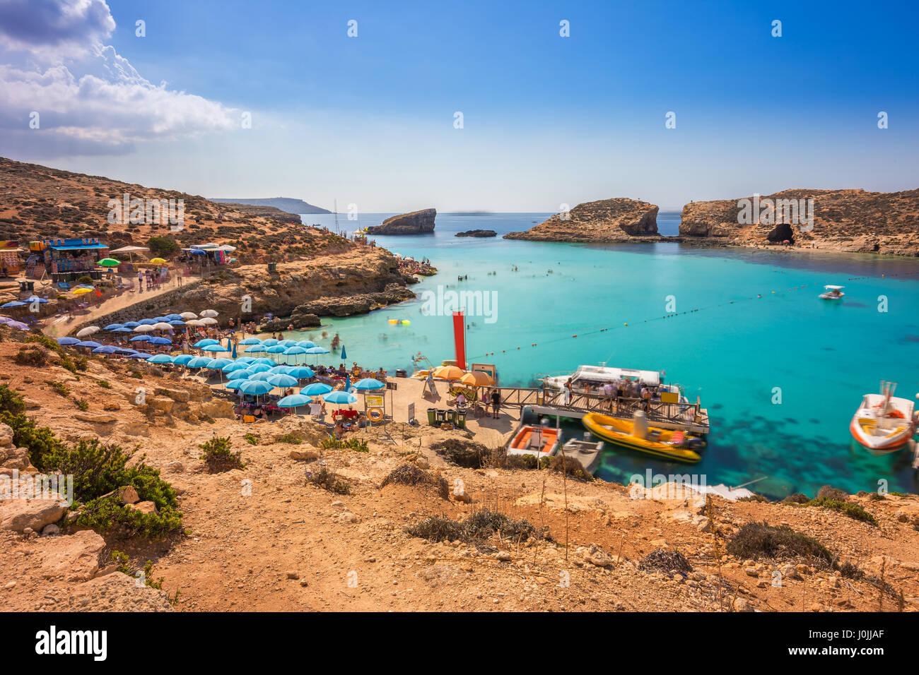 Comino, Malta - Touristen Menschenmenge bei Blue Lagoon, das klare türkisfarbene Wasser an einem sonnigen Sommertag Stockbild