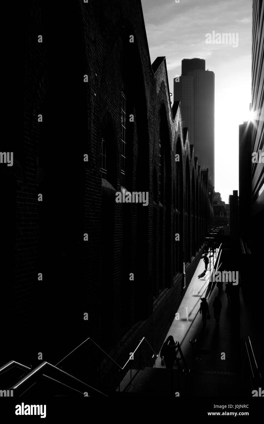 Zeigen Sie nach unten Sonne Straße Passage neben Liverpool Street Station, Tower 42, City of London, UK an Stockbild