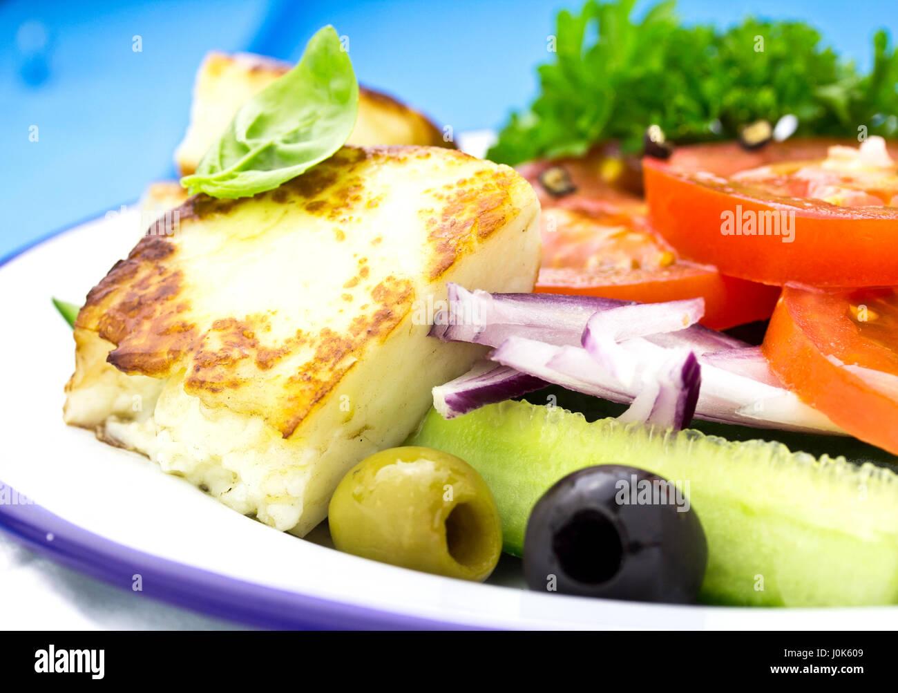 griechischer salat mit gurken tomaten roten zwiebeln schwarzen oliven und gegrillter feta. Black Bedroom Furniture Sets. Home Design Ideas
